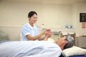 高まる介護施設での人材派遣、リハビリ支援需要。