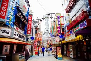 通天閣新展望台が、ディープな大阪・新世界で夜の輝きを放つ!?深夜営業店も。